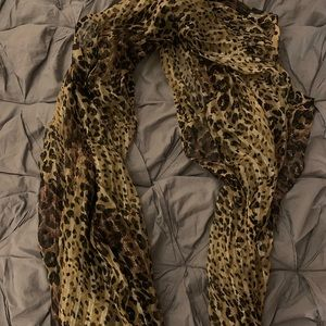Leopard, shimmery scarf 🐆